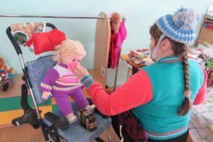 Занятие по трудовой терапии «Выберем одежду для куклы Любавы по сезону»